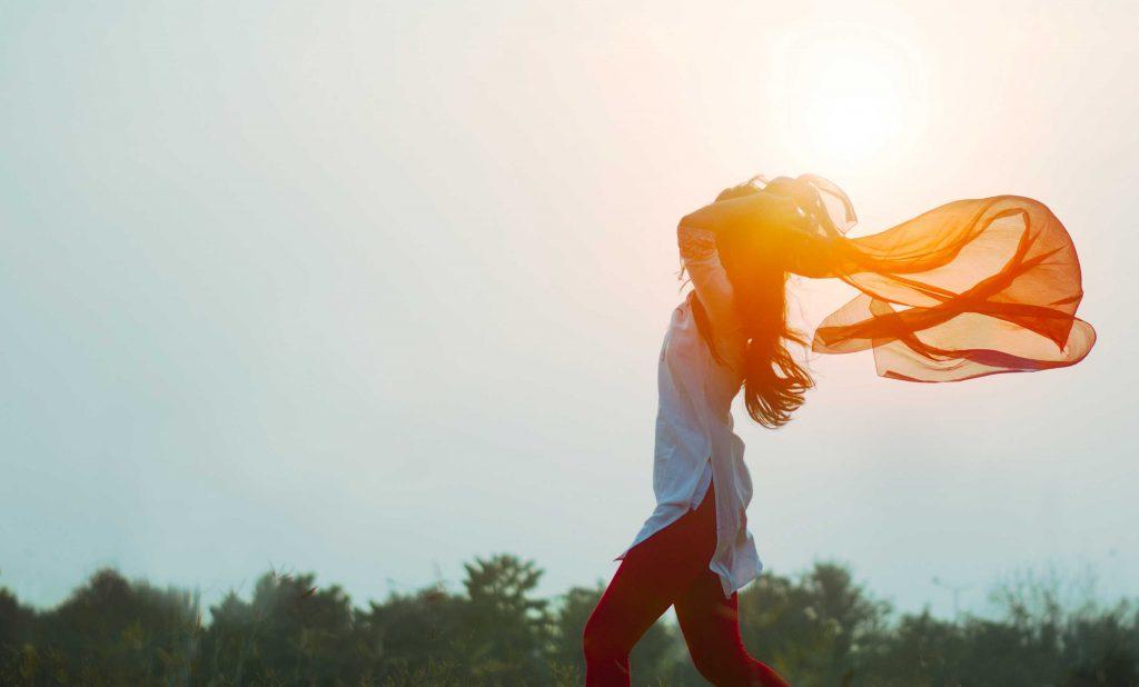 Vrouw die mentaal fit is met een zonnetje in de achtergrond